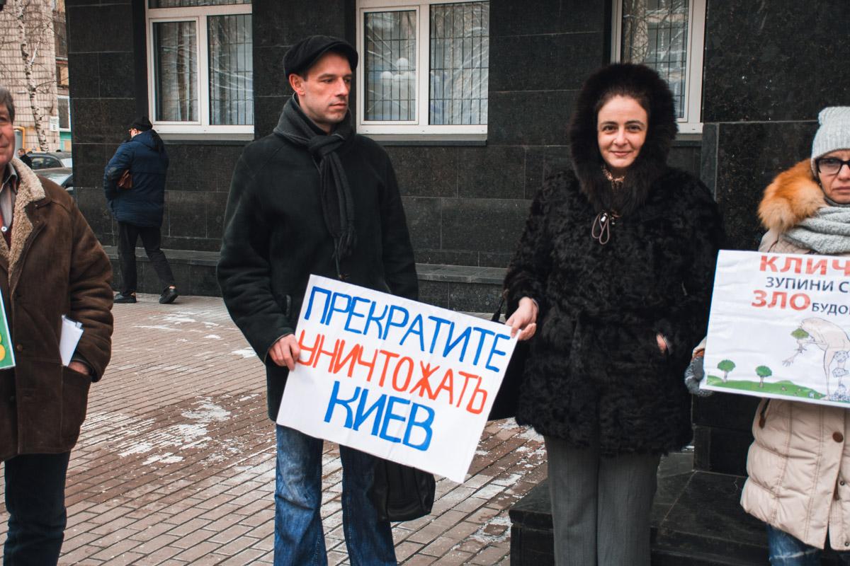 Активисты таким образом требовали от Юрия Луценко взять под свой контроль уголовные производства, которые открыты за нелегальное строительство