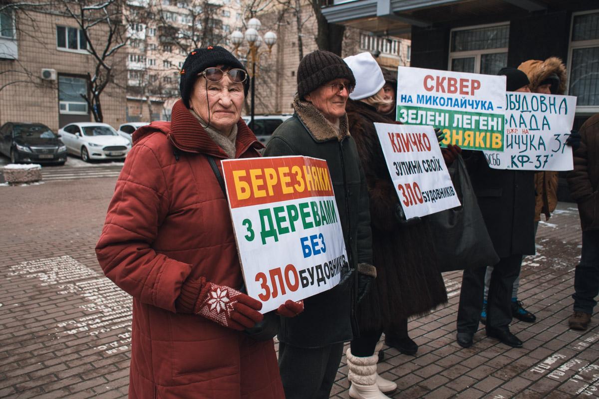 Пожилые люди с Березняков требовали прекратить рубить сквер, чтобы построить очередную многоэтажку