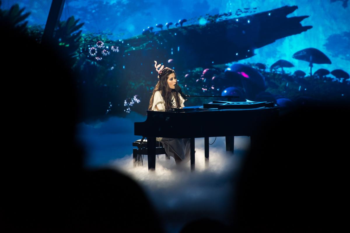 Во время выступления певицы на сцене витала атмосфера сказочности