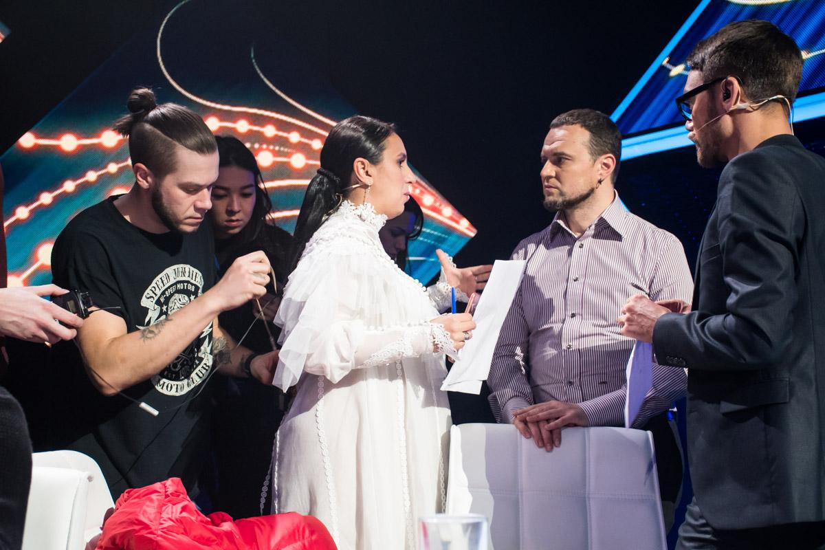 Джамала появилась на конкурсе в белом нежном платье и показала свой большой округлый животик