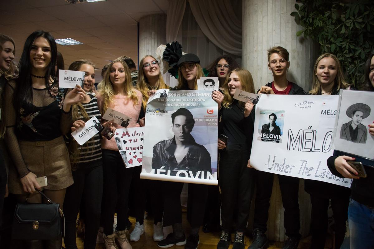 Фанатки Melovin в коридоре пели его песни
