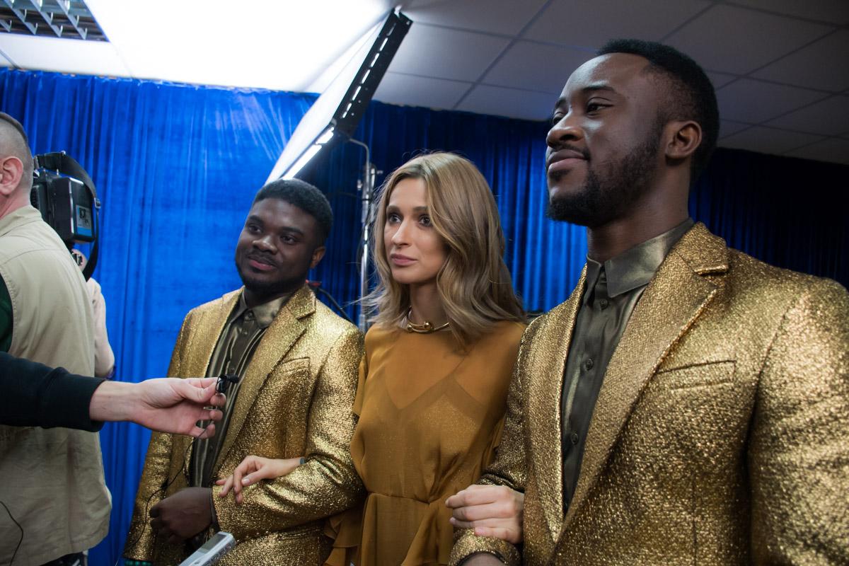 TAYANNA вышла на сцену вместе с бек-вокалом, который состоял из афроамериканских певцов