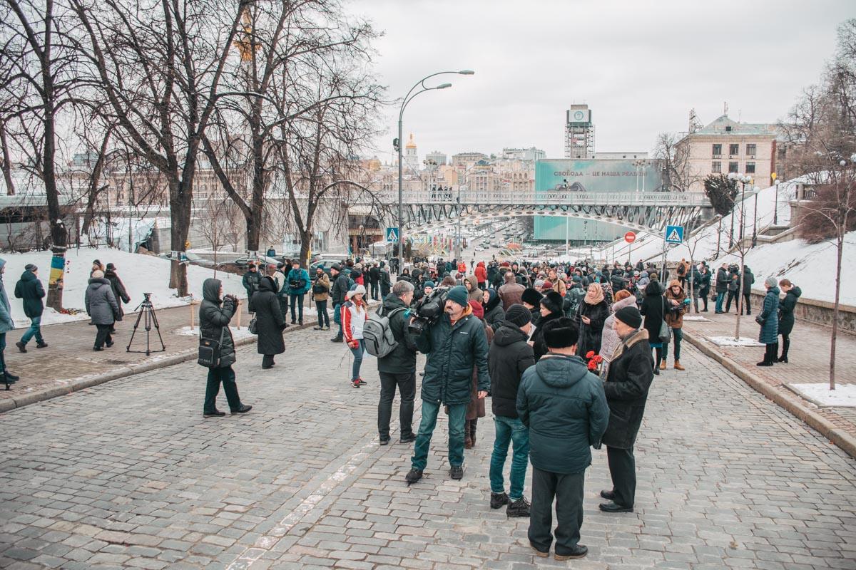 Около сотни человек организовали флешмоб на Аллее Героев Небесной сотни
