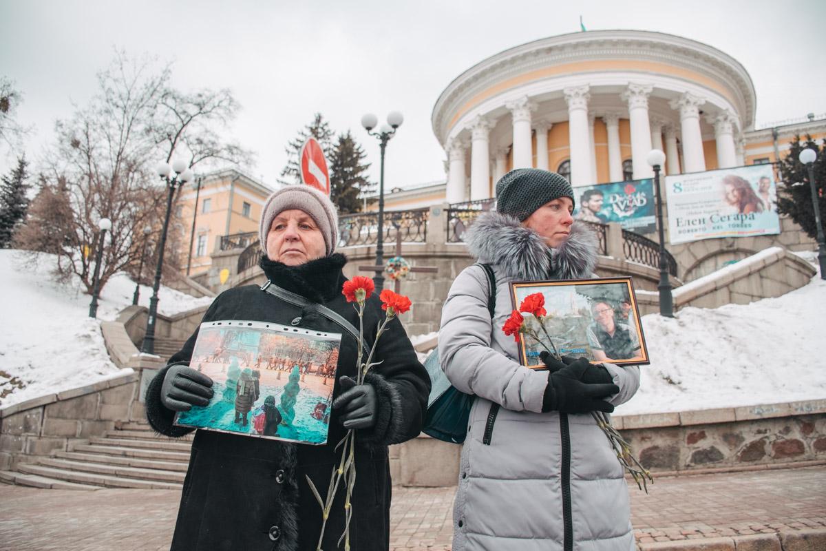 Участники акции возложили цветы к портретам погибших и зажгли лампадки