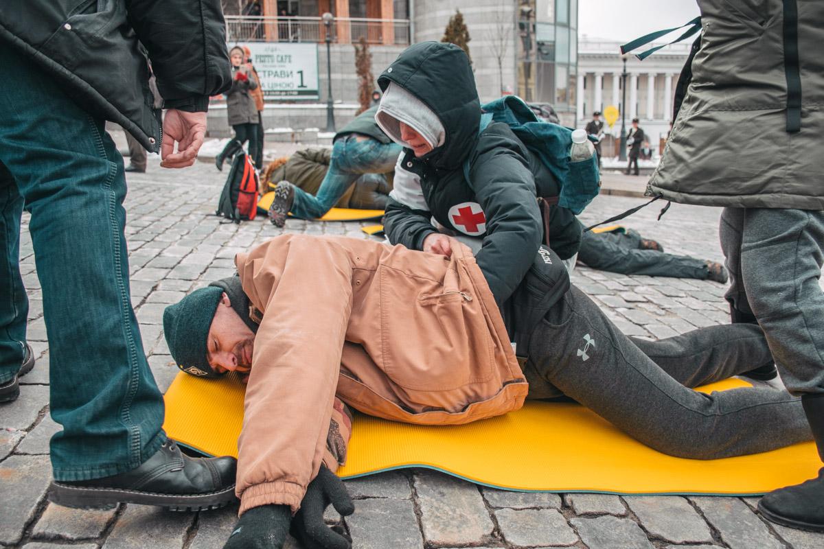 Флешмоб начался с импровизированного расстрела активистов на улице Институтской
