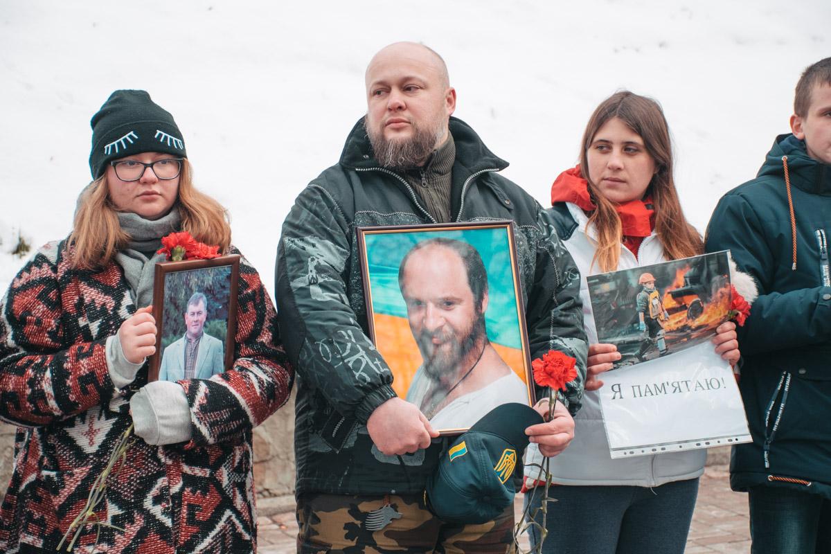 """Родственники и друзья погибших на Майдане выстроились в """"живую цепь"""""""