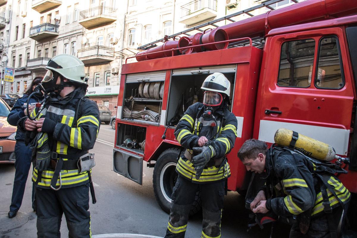 На месте работали 32 спасателя