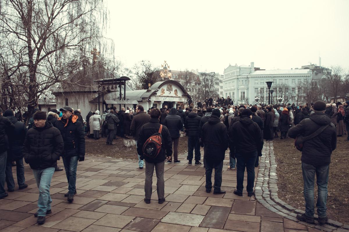 Люди выстроились возле храма и не пускали радикалов внутрь
