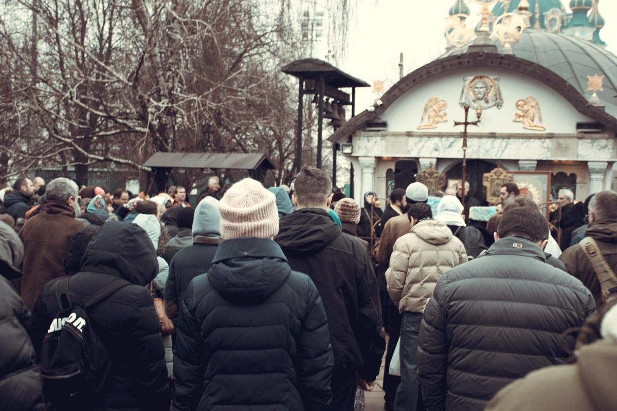 Верующие пришли защитить Десятинный монастырь