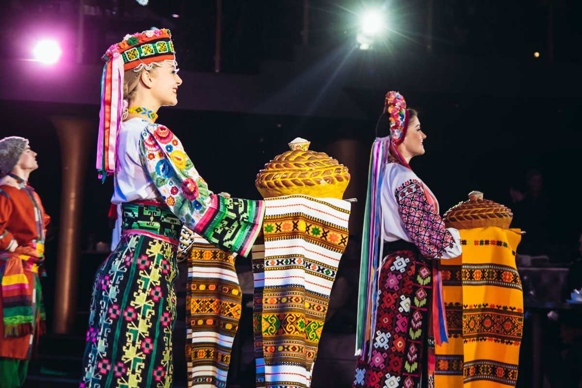 Первый танец ансамбля показывает национальные костюмы всех регионов Украины