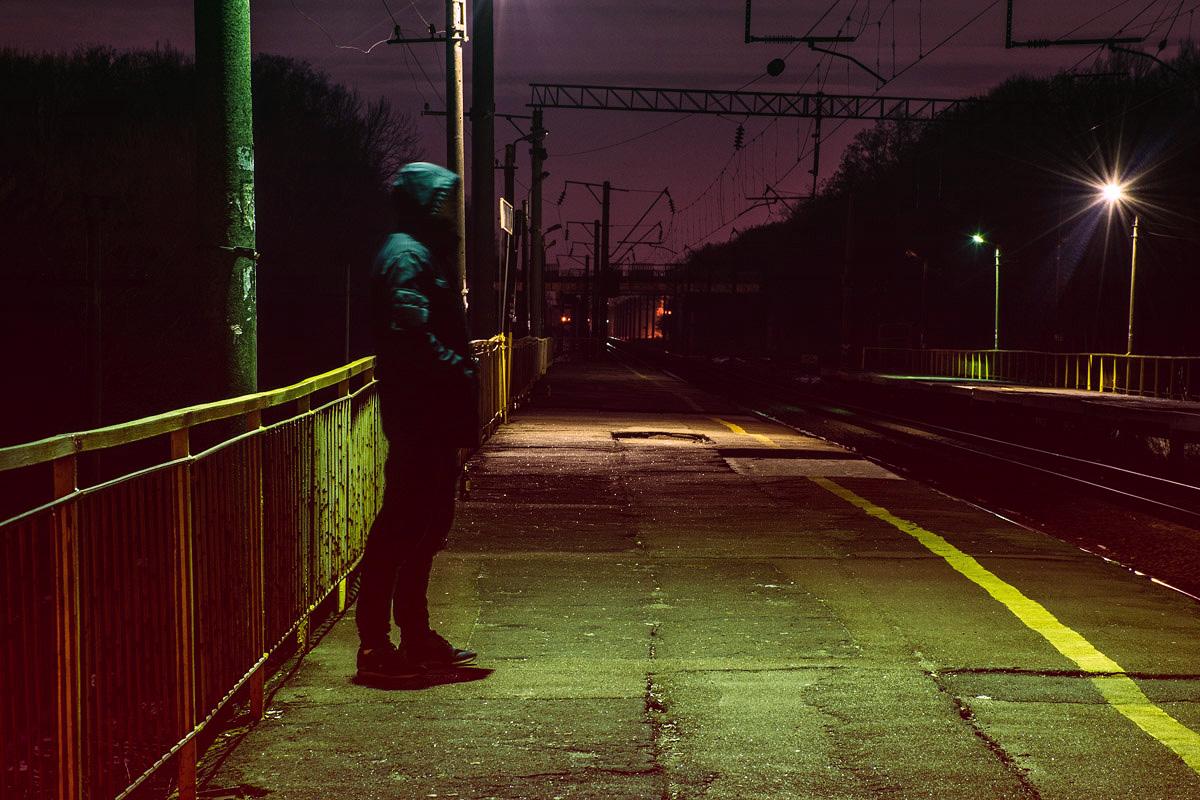 Немногочисленный посетитель ж/д вокзала в ночное время суток