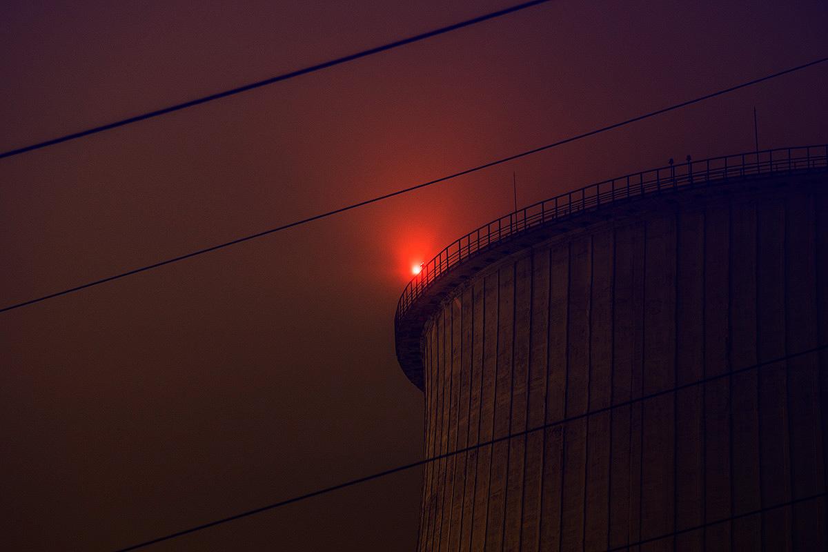 Красный глаз бетонного великана