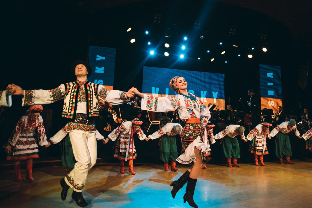 В ансамбле работает около 120 танцоров