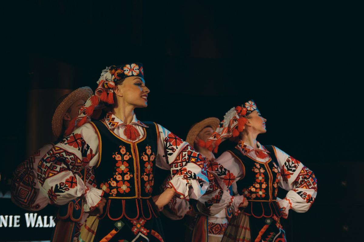 Каждый танец показывает утонченность национального танца и изысканность традиционного костюма