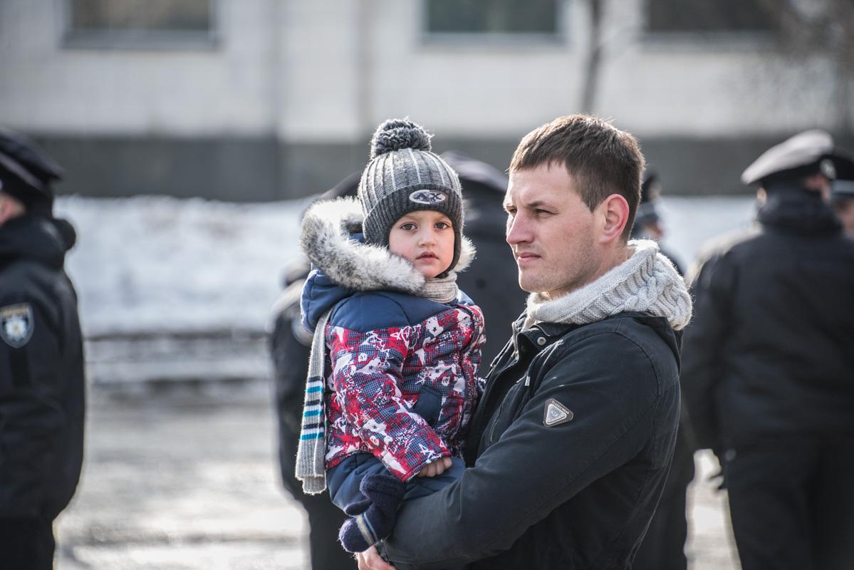 Поздравить страж порядка пришли маленькие киевляне