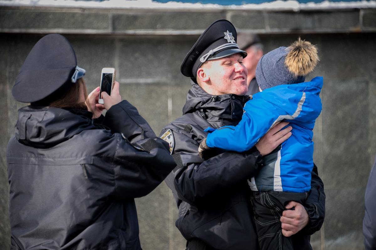 Для патрульных, как и для их семей - это радостный день