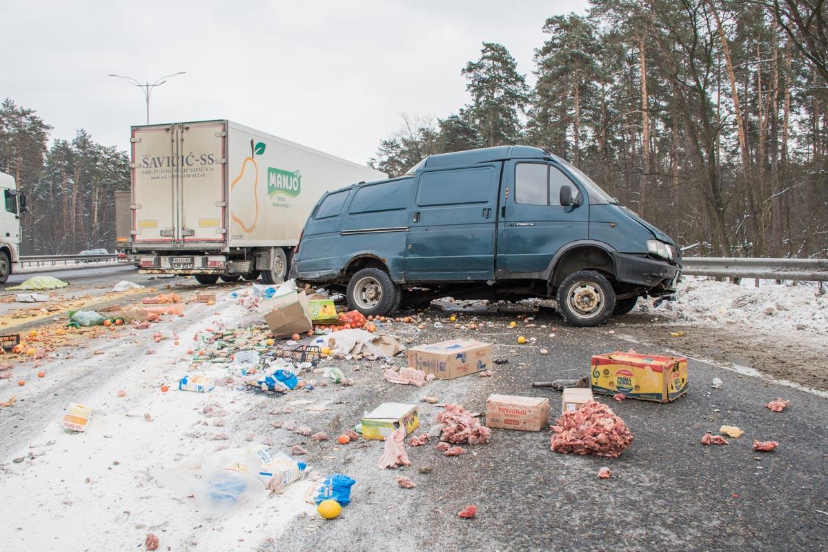 Еда разбросана по всей дороге