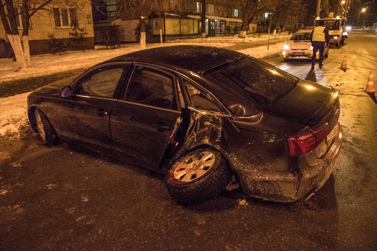 На улице Киквидзе Audi врезалась в фонарный столб