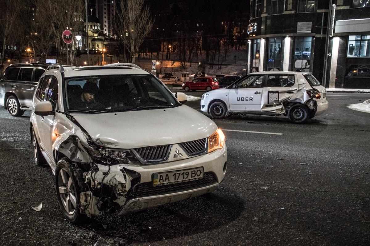 От удара машину такси развернуло
