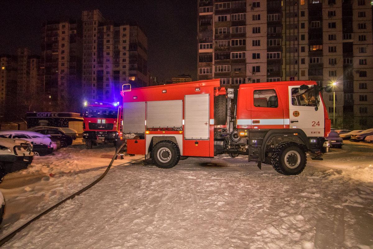 К месту возгорания приехали несколько пожарных машин