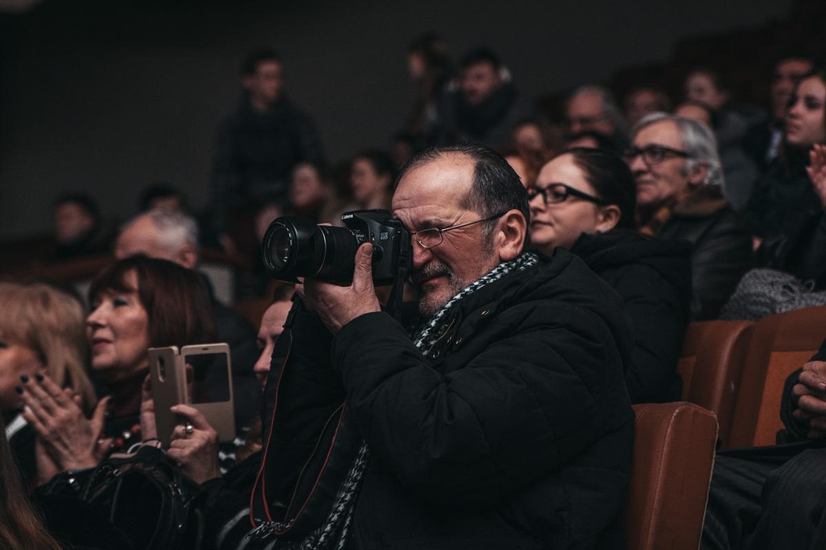Многие в зале фиксировали моменты, происходящие на сцене. на камеру