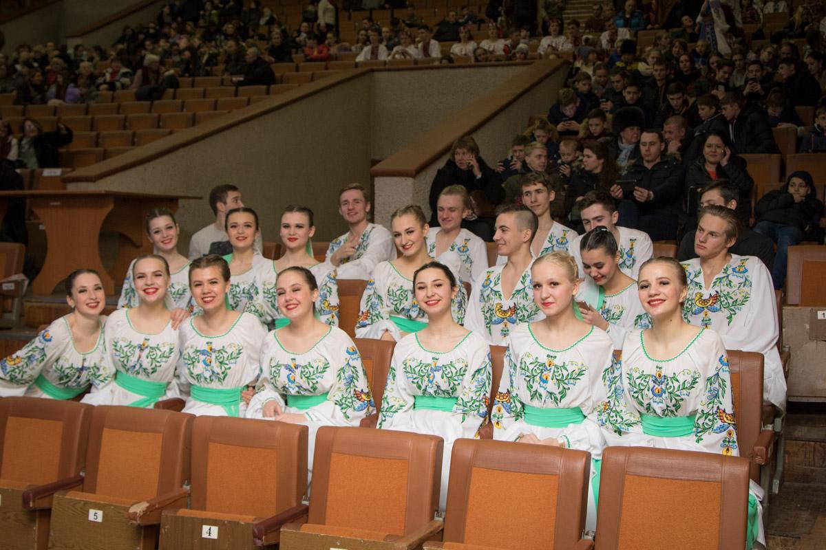Танцоры позировали в перерывах между выступлениями