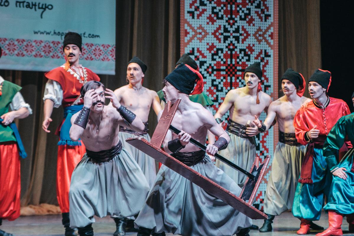 На сцене устроили настоящее театрально-танцевальное действие