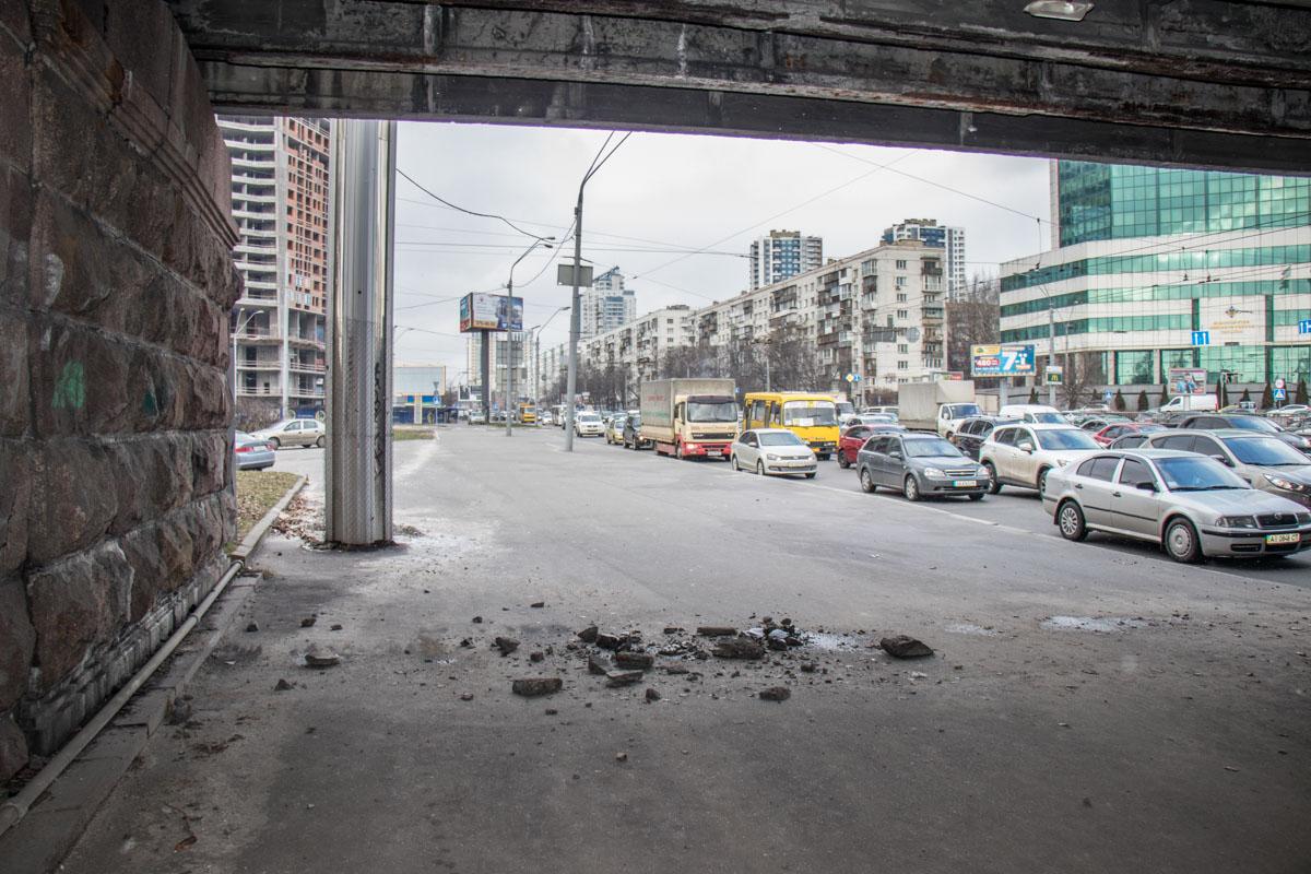 Под мостом валялись куски бетона