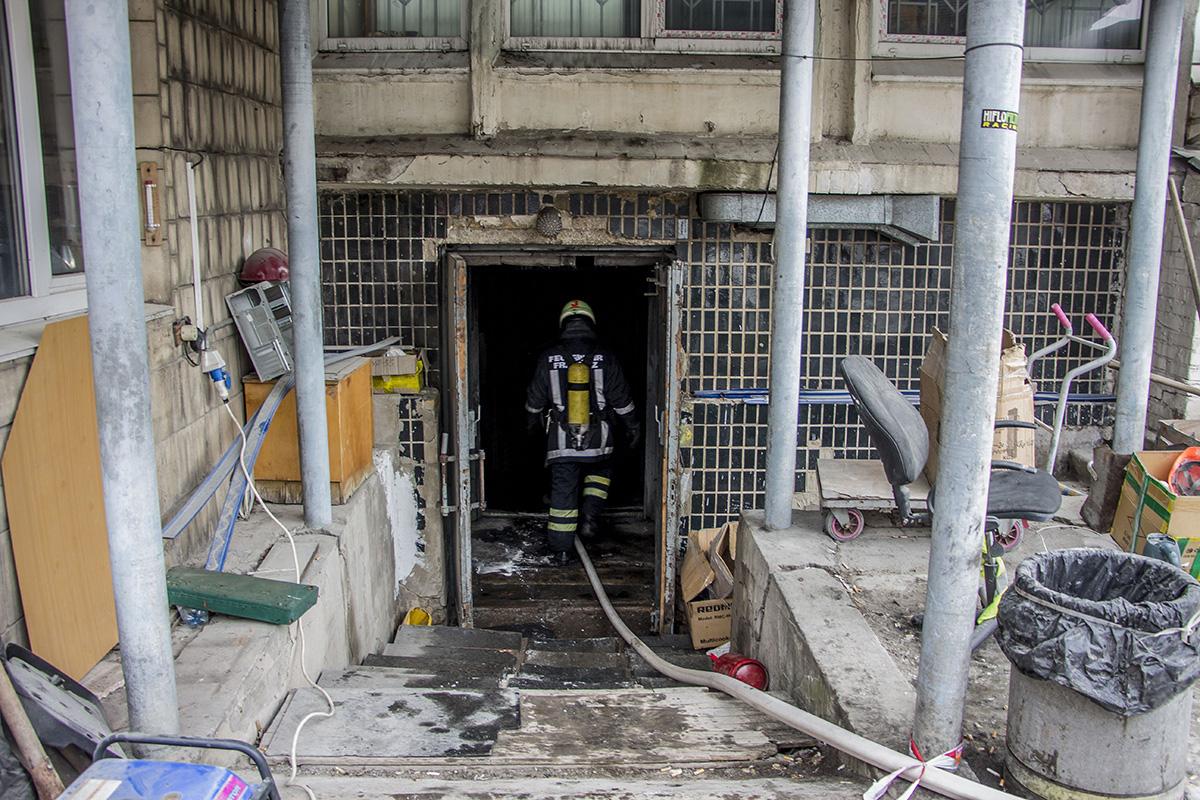 Предварительной причиной пожара является замыкание кабеля в подвальном помещении