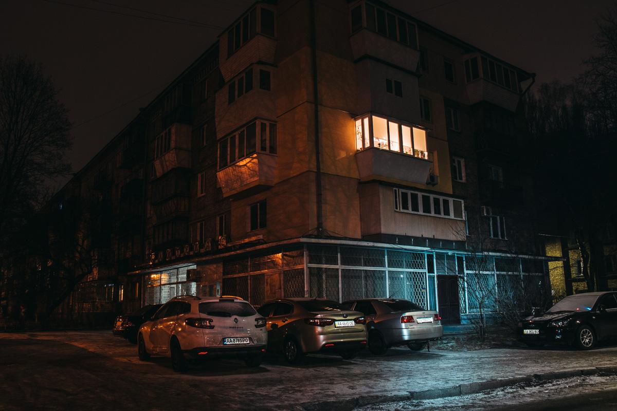 И только в одной квартире не спят под покровом ночи