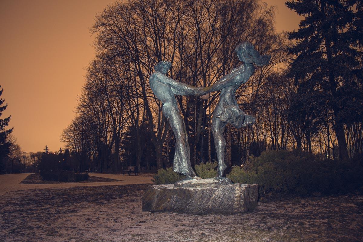 Здесь можно встретить и такие романтичные памятники