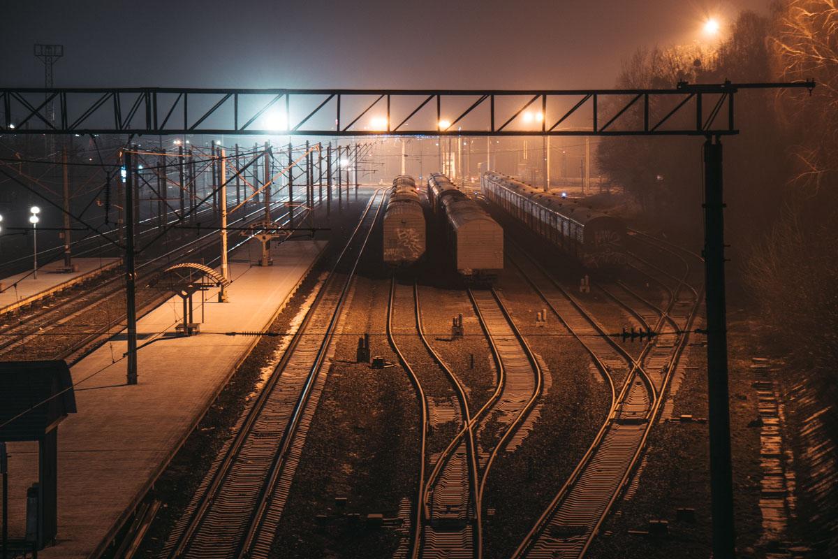 И только на железнодорожной станции работа не прекращается даже ночью