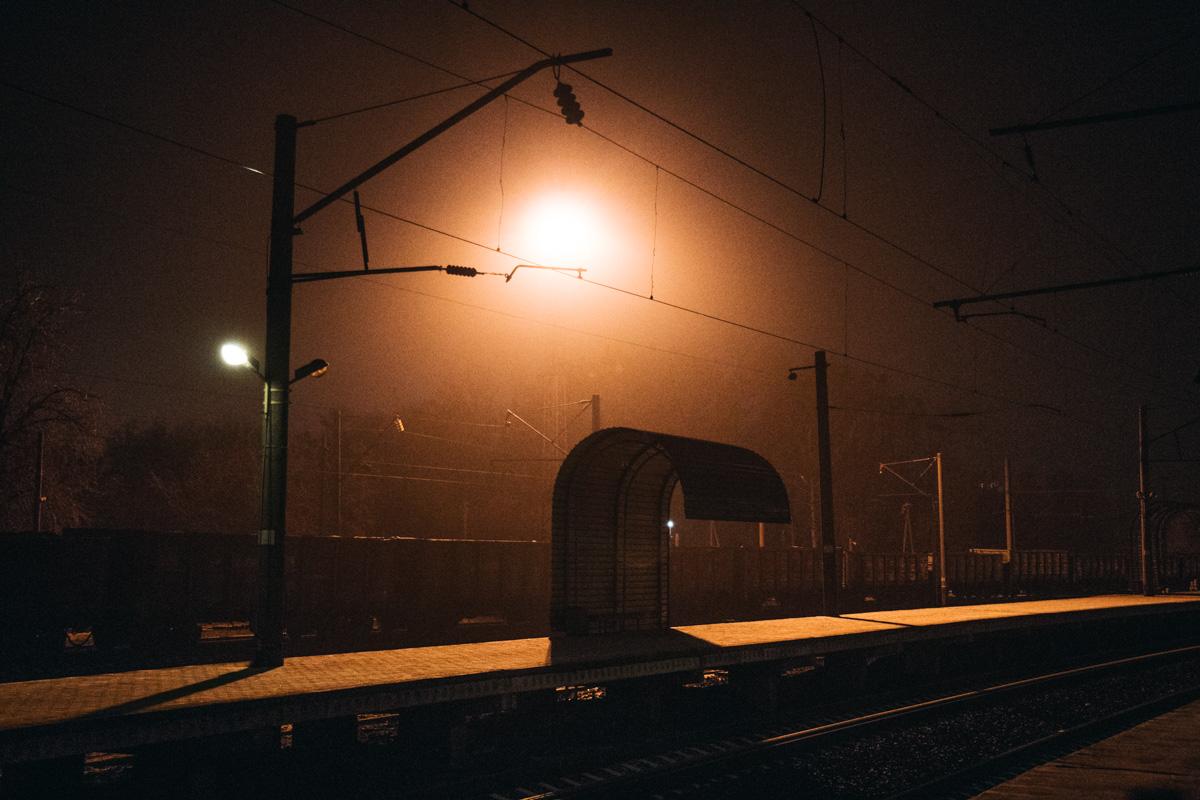 Пустынная и необычная ночная остановка на ж/д вокзале