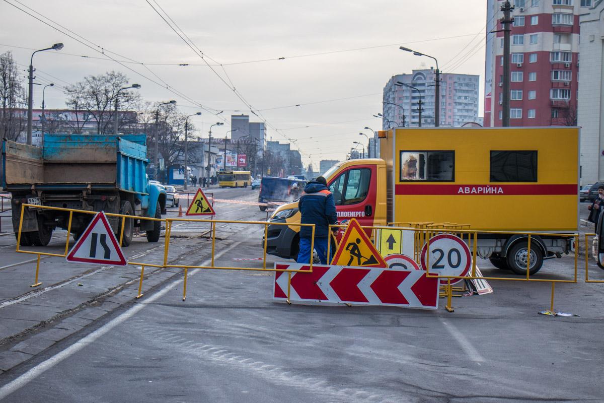 На место аварии прибыли три ремонтные бригады коммунальщиков