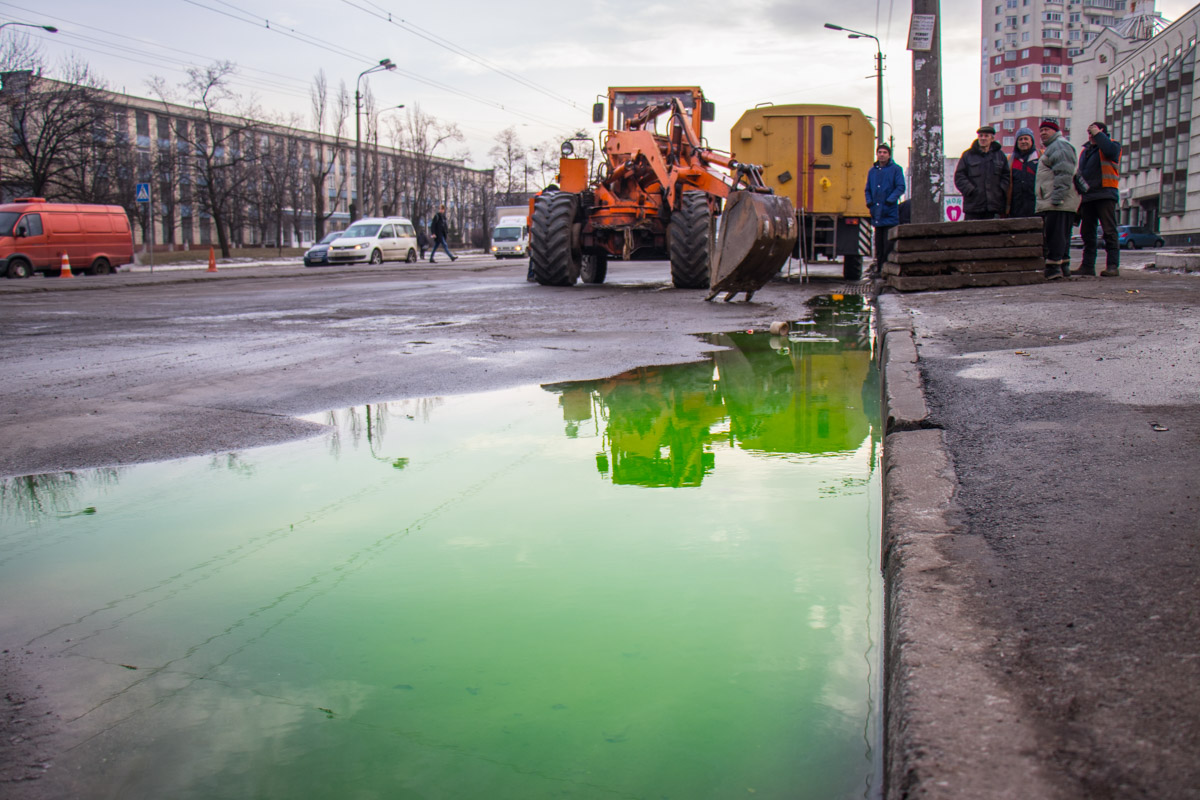 На улице образовались огромные лужи зеленого цвета