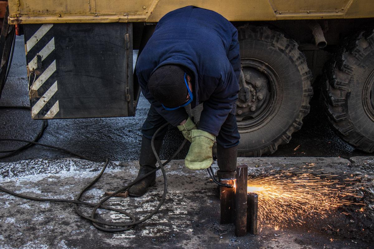 Коммунальщики разрыли асфальт и трамвайную линию, под которой проходит линия теплосети