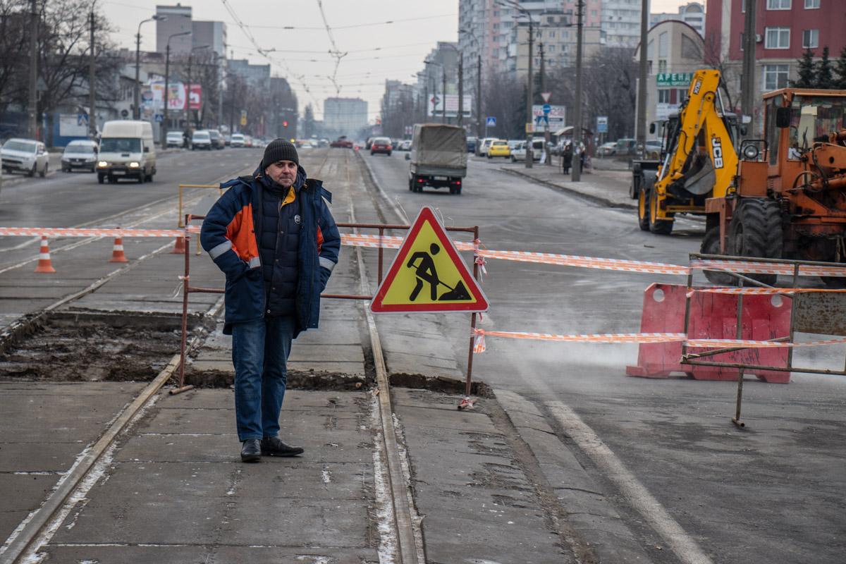 Коммунальщики работают над устранением аварии