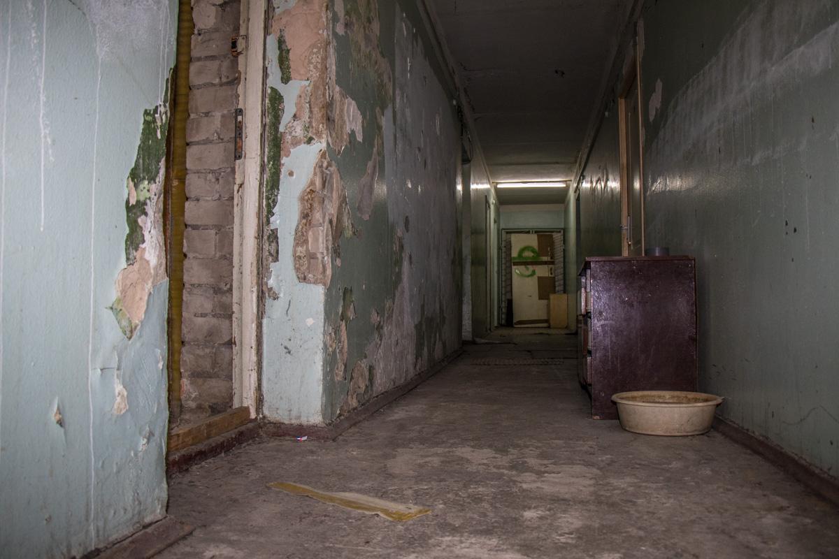 Все ненужное выставляют в коридор
