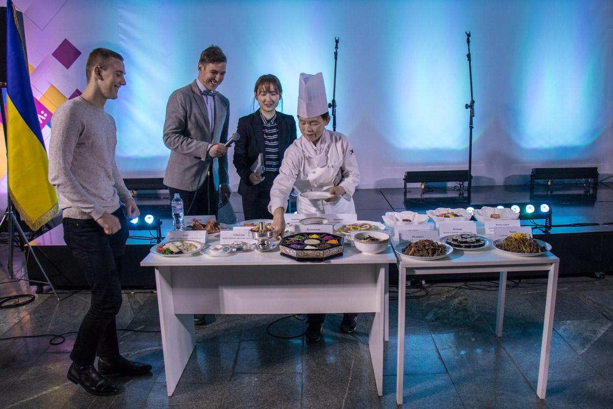 Презентация блюд корейской кухни прошла под комментарии ведущего