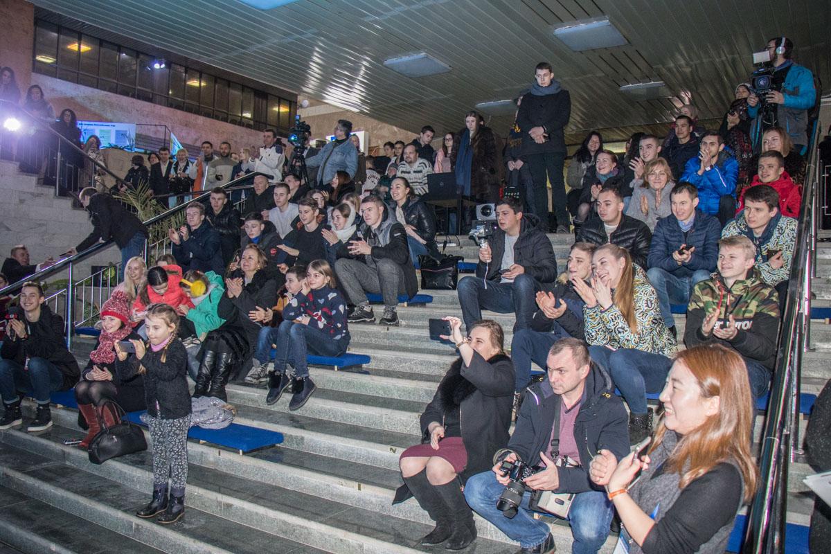 Зрители наблюдают за церемонией открытия Зимних Олимпийских игр в режиме реального времени