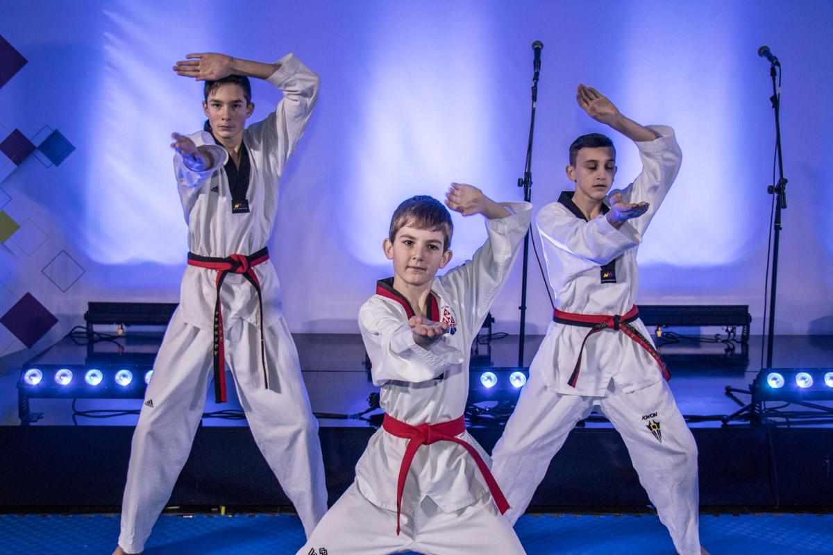 На церемонии открытия фан-зоны выступили молодые спортсмены-тхэквондисты