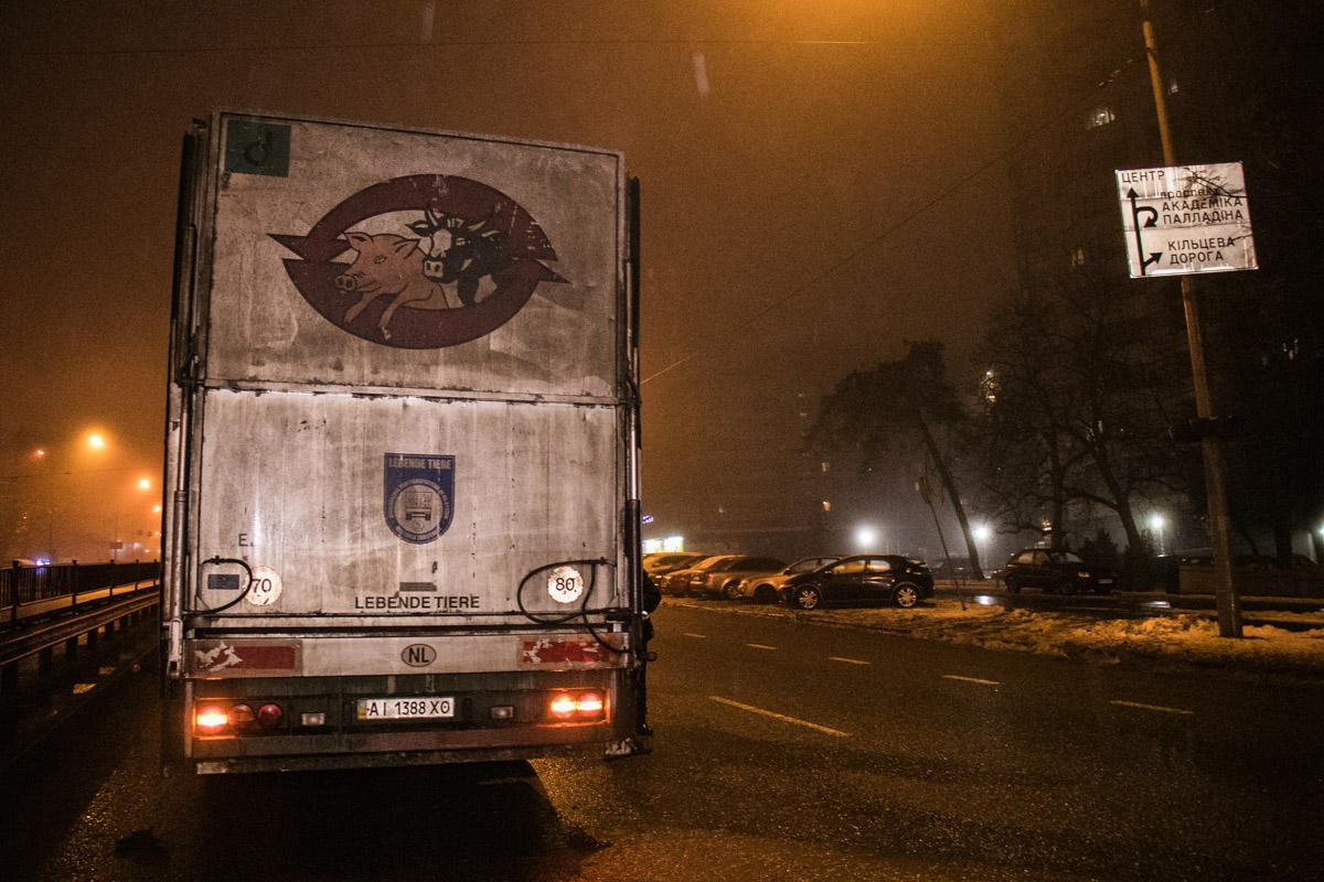 Чтобы избежать столкновения, грузовик перестраивался из крайне правой полосы в левую