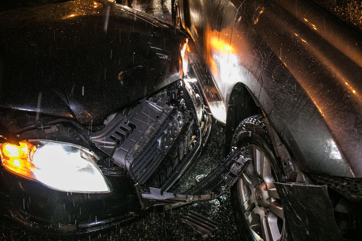 Audi удар пришелся на левую переднюю сторону