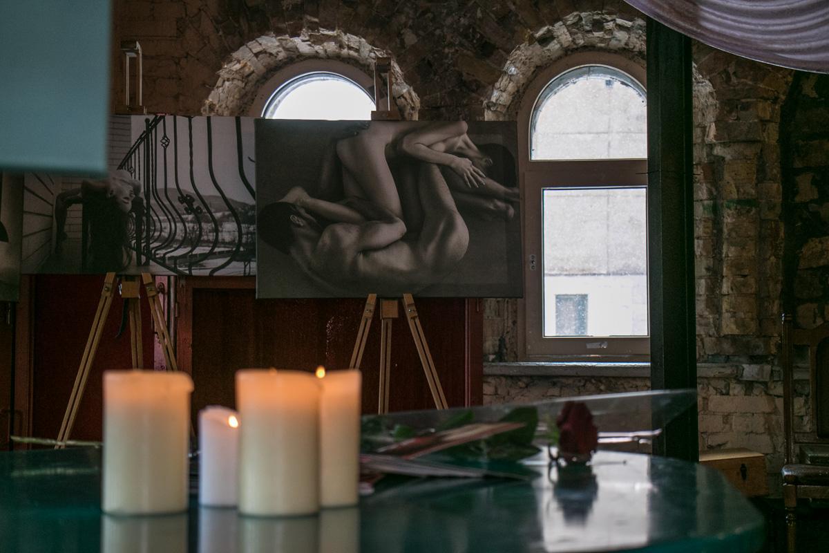 В помещении, где проводилась фотовыставка, организаторы создали особую атмосферу