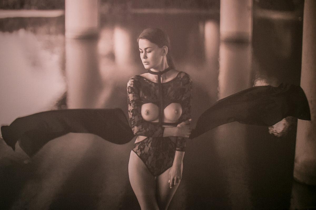 А на этом фото директор фотовыставки и одна из любимых моделей фотохудожницы