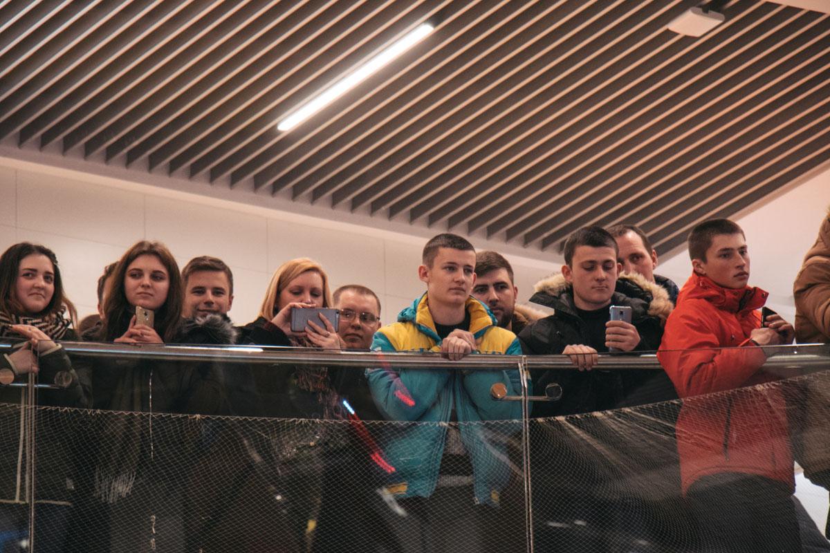 Ради спортсмена, в одном из ТРЦ столицы собрались десятки киевлян и жителей других городов