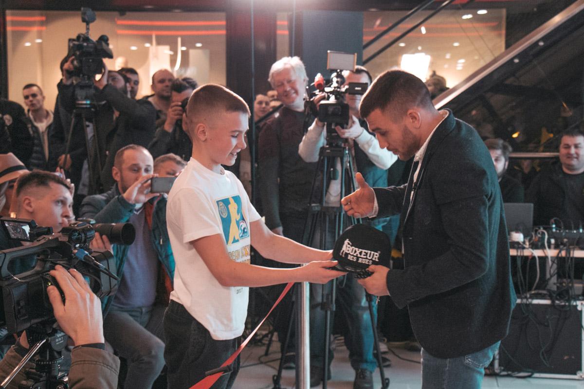 Юный фанат подарил Ломаченко подарок к предстоящему юбилею