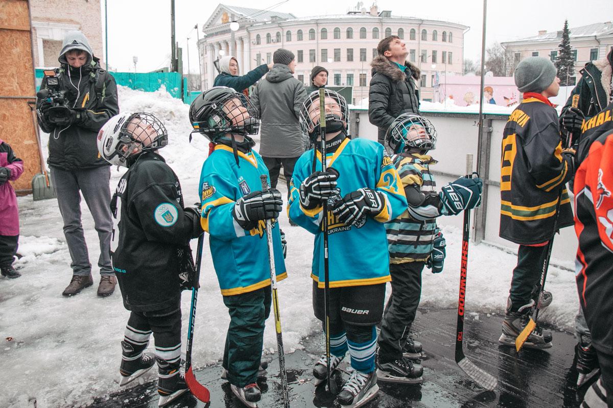 Дети и подростки пытались проявить свои спортивные навыки во всей красе