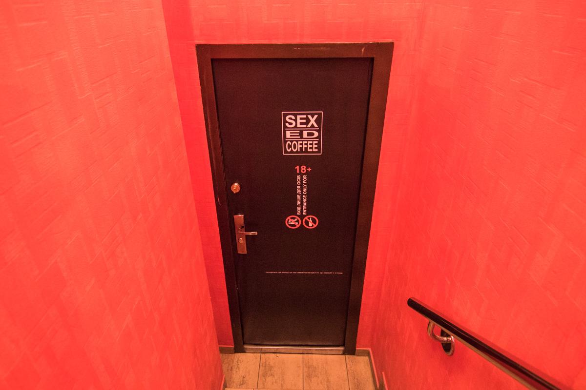 Даже туалет в эротической кофейне соответствует стилю