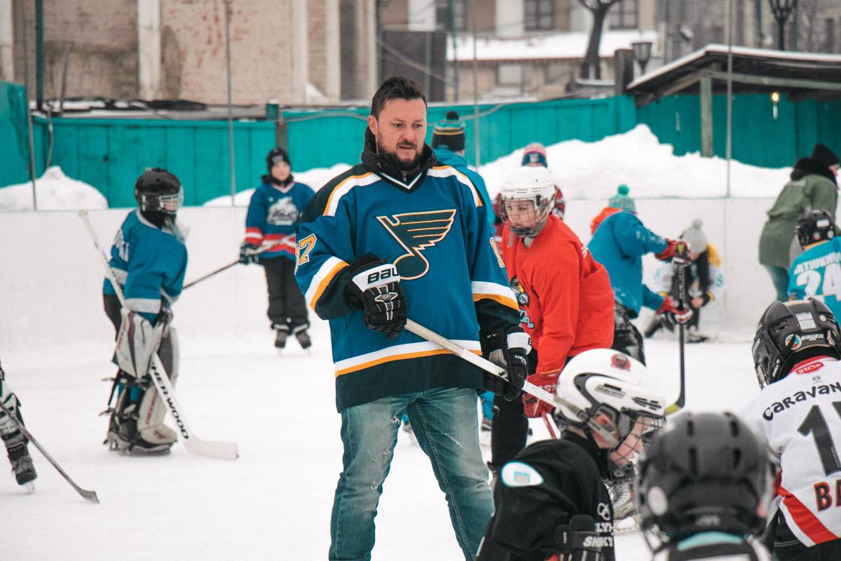 Тренировку для детей провел известный хоккеист Сергей Варламов